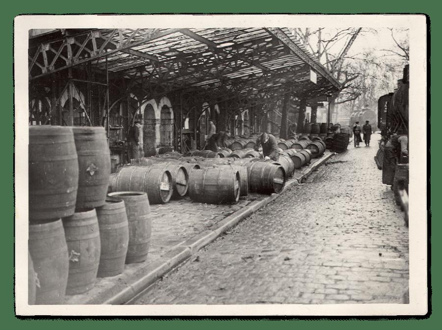 Photographie ancienne montrant les chais de Bercy en exploitation